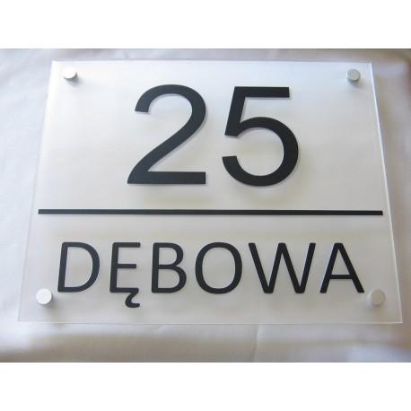 Tablica z nazwą miejscowości i numerem domu
